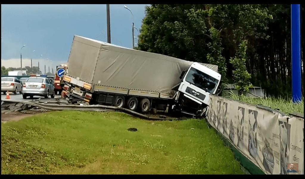 Грузовик сломался пополам - ЧП на кольцевой дороге в Минске, грузовик согнулся вдвое