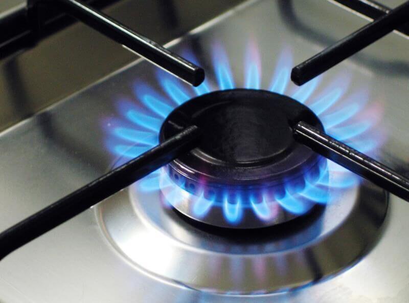 Зажгите конфорку на газовой плите