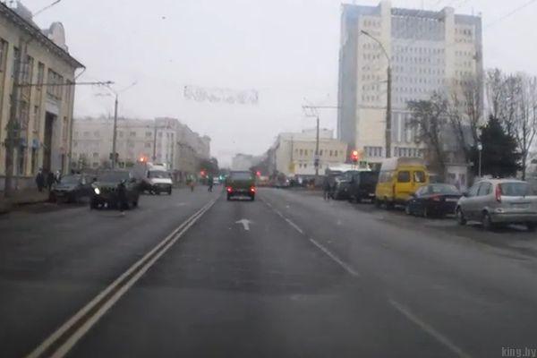 Школьник перебегает дорогу прямо под колесами
